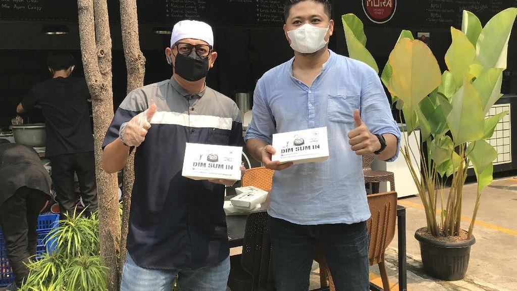 Ustaz Zacky Mirza Bagikan 1.000 Makanan Gratis di Pinggir Jalan