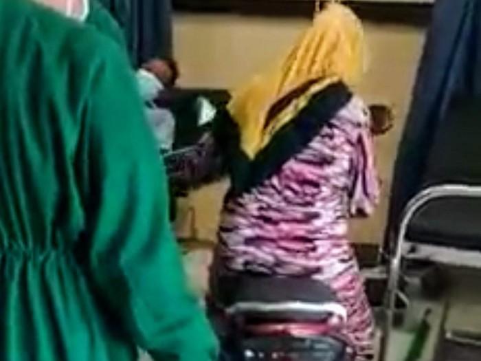 viral emak-emak masukkan motor ke igd rumah sakit