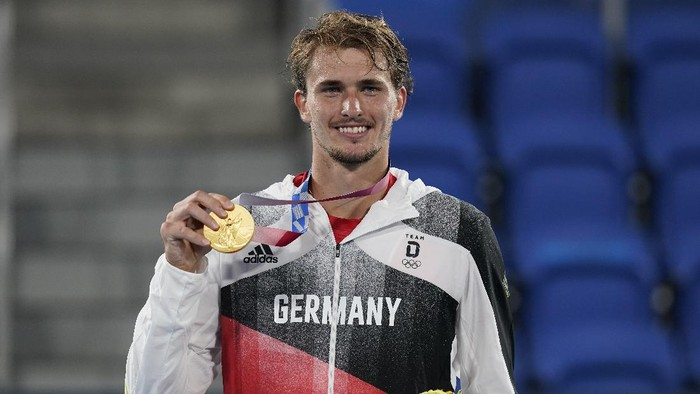 Alexander Zverev, of Germany, poses with the gold medal in the mens single of the tennis competition at the 2020 Summer Olympics, Sunday, Aug. 1, 2021, in Tokyo, Japan. (AP Photo/Patrick Semansky)