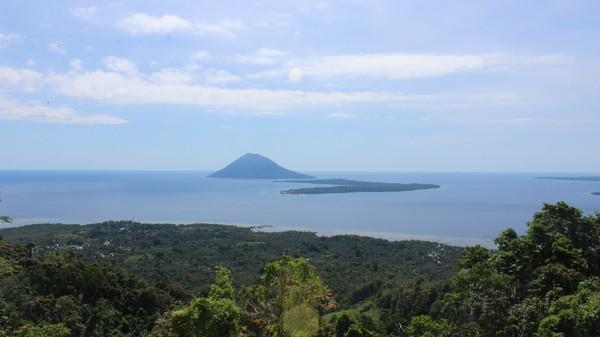 Tahura Gunung Tumpa merupakan wisata alam yang menghadirkan pemandangan indah dari ketinggian sekitar 600 mdpl. Lokasinya terletak di Tongkeina, Bunaken, Kota Manado. Dok. Pariwisata.manadokota