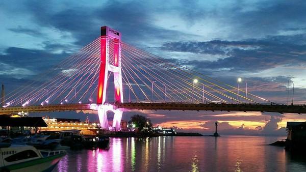 Jembatan Soekarno yang sebelumnya bernama Jembatan Nyiur Melambai, memiliki panjang 1.127 meter yang terbentang diatas pasar bersehati, tepatnya terletak di Jalan Boulevard II, Kota Manado. Dok. Pariwisata.manadokota
