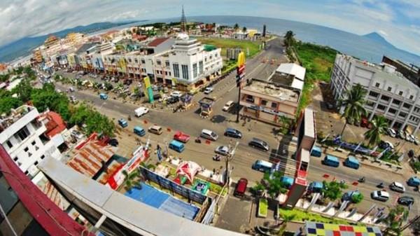 Kawasan Boulevard merupakan kawasan jalan dekat dengan pantai, juga pusat perkembangan Kota Manado yang modern. Kawasan yang menawarkan pemandangan yang indah, terletak di Jalan Piere Tendean, Titiwungen Utara, Sario Utara. Dok. Pariwisata.manadokota