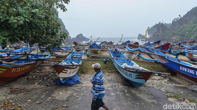 Sudah sepekan lebih ratusan nelayan di Pantai Ngrenehan, Kapanewon Saptosari, Gunungkidul tidak melaut imbas cuaca buruk.