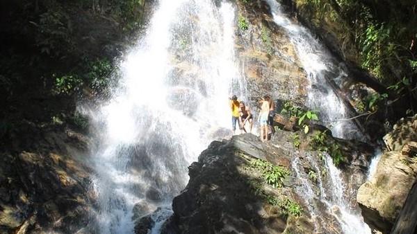 Selain itu ada Air Terjun Larowiu, yang berlokasi di Jalan Poros Wawotobi – Lasolo, Meluhu, Kabupaten Konawe. Air terjun ini memiliki bentuk yang indah, di mana air jatuh secara anggun melewati tebing dengan kemiringan sekitar 75 derajat. Dok.Idblogpacker
