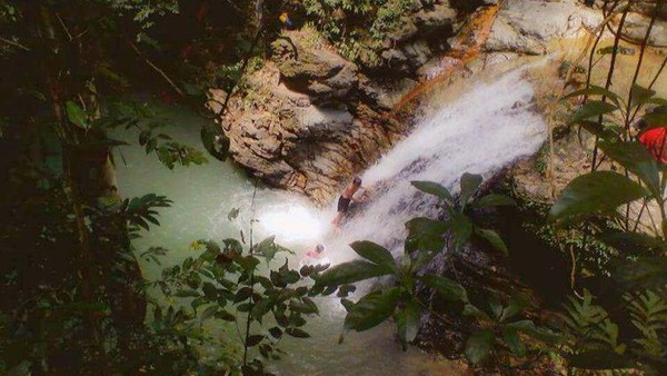 Air Terjun Sanua adalah destinasi wisata alam yang berlokasi di Desa Waworaha, Kecamatan Soropia. Untuk menikmati keindahan air terjun yang satu ini, para pengunjung harus berjalan kaki sejuah 2 km melewati perkebunan durian dan hutan yang masih asri. Dok.asrulkarim.blogspot.com