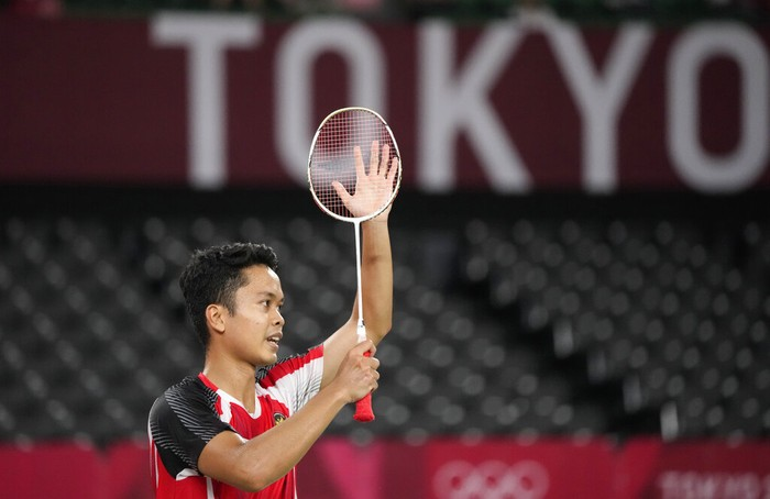 Indonesias Anthony Sinisuka Ginting celebrates after winning against Guatemalas Kevin Cordon during mens singles bronze medal Badminton match at the 2020 Summer Olympics, Monday, Aug. 2, 2021, in Tokyo, Japan. (AP Photo/Markus Schreiber)