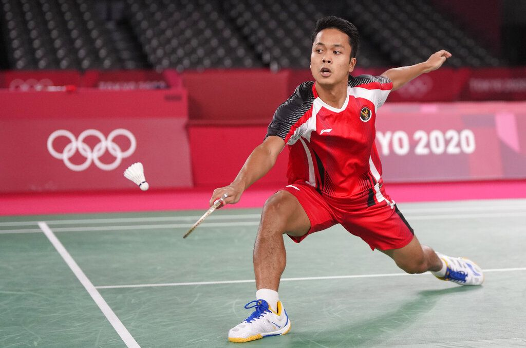 Indonesia's Anthony Sinisuka Ginting competes against Guatemala's Kevin Cordon during their men's singles bronze medal Badminton match at the 2020 Summer Olympics, Monday, Aug. 2, 2021, in Tokyo, Japan. (AP Photo/Markus Schreiber)
