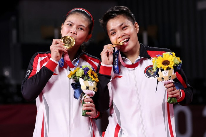 CHOFU, JAPAN - AUGUST 02: Gold medalists Greysia Polii(left) and Apriyani Rahayu of Team Indonesia pose on the podium during the medal ceremony for the Women's Doubles badminton event on day ten of the Tokyo 2020 Olympic Games at Musashino Forest Sport Plaza on August 02, 2021 in Chofu, Tokyo, Japan. (Photo by Lintao Zhang/Getty Images)