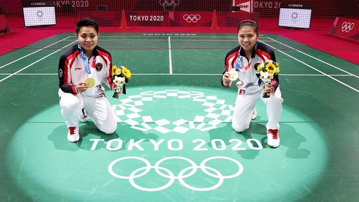 CHOFU, JAPAN - AUGUST 02: Gold medalists Greysia Polii(right) and Apriyani Rahayu of Team Indonesia pose for photo on the badminton court on day ten of the Tokyo 2020 Olympic Games at Musashino Forest Sport Plaza on August 02, 2021 in Chofu, Tokyo, Japan. (Photo by Lintao Zhang/Getty Images)
