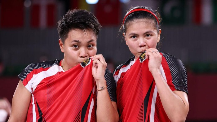 CHOFU, JAPAN - JULY 31: Greysia Polii(right) and Apriyani Rahayu of Team Indonesia pose for camera after their victory against Lee Sohee and Shin Seungchan of Team South Korea during a Women's Doubles Semi-final match on day eight of the Tokyo 2020 Olympic Games at Musashino Forest Sport Plaza on July 31, 2021 in Chofu, Tokyo, Japan. (Photo by Lintao Zhang/Getty Images)
