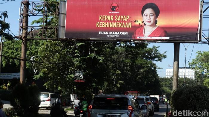 Baliho Ketua DPR RI Puan Maharani mejeng di sejumlah titik jalan di Kota Bandung, Jawa Barat. Baliho itu bertulisan KEPAK SAYAP KEBHINEKAAN.