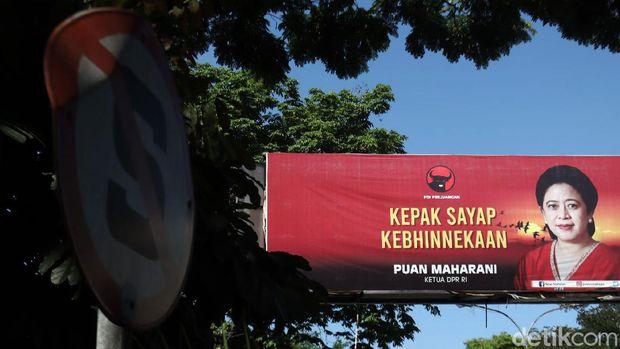 Baliho Ketua DPR RI Puan Maharani mejeng di sejumlah titik jalan di Kota Bandung, Jawa Barat. Baliho itu bertulisan 'KEPAK SAYAP KEBHINEKAAN.'