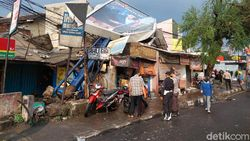 Hujan Angin Terjang Cimahi, Baliho Raksasa Roboh Timpa Warung