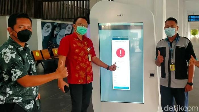 PT Angkasa Pura II, Bandara Banyuwangi mengoptimalkan penggunaan fasilitas W-Finding (QR Code). Fasilitas ini juga disambungkan dengan aplikasi PeduliLindungi.