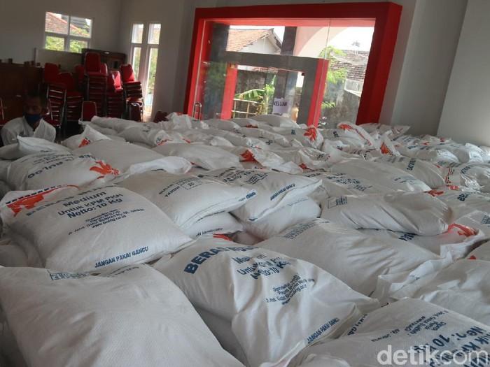 Bantuan 10 kg beras untuk KPM di Kudus, Senin (2/8/2021).