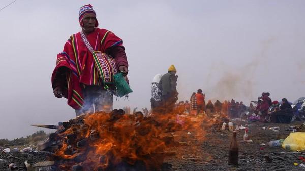 Menurut tradisi Aymara, Pachamama sebagai bentuk persembahan usai musim kemarau saat lapar dan haus, para penyembah melemparkan sesaji termasuk buah, coca, permen, dan janin llama mati ke dalam api unggun.