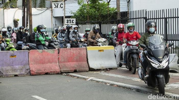 Jalan Cideng Barat, Jakarta disekat beton untuk meminimalisir mobilitas. Meski begitu, warga tetap menerobos. Ini foto-fotonya!