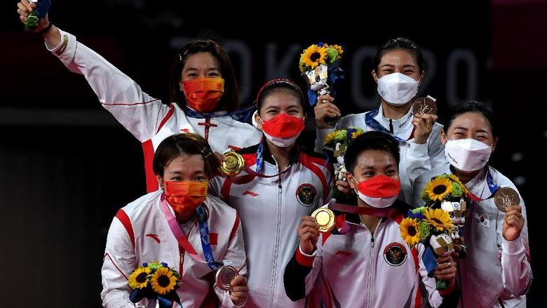 Pebulutangkis ganda putri Indonesia peraih medali emas Olimpiade Tokyo 2020 Greysia Pollii (kedua kiri) dan Apriyani Rahayu (bawah kedua kanan) berfoto bersama para peraih medali launnya di Musashino Forest Sport Plaza, Tokyo, Jepang, Senin (2/8/2021). Greysia Pollii/Apriyani Rahayu meraih medali emas setelah mengalahkan ganda putri China Chen Qing Chen/Jia Yi Fan 21-19 dan 21-15. ANTARA FOTO/Sigid Kurniawan/hp.