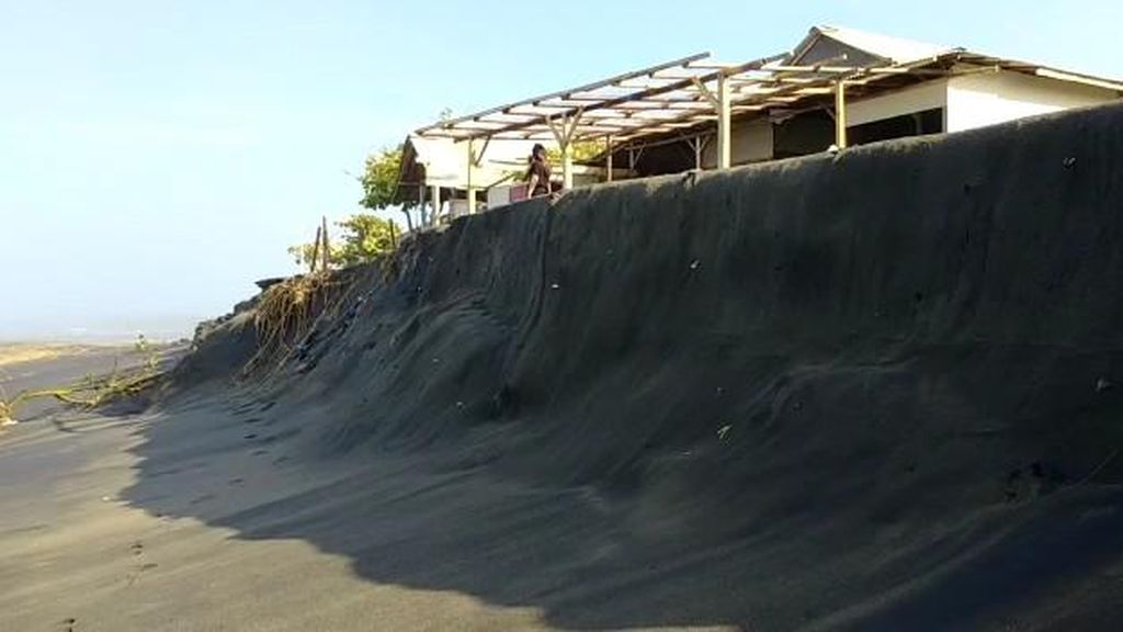 Dua Warung Rusak Diterjang Gelombang Tinggi di Pantai Apra Cianjur