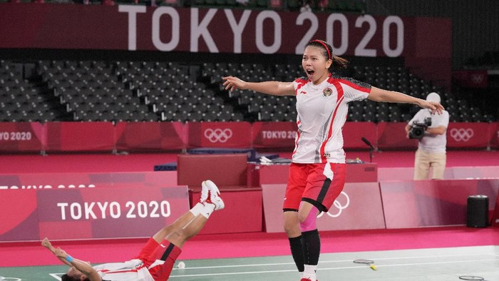 Indonesias Greysia Polii, right, and Apriyani Rahayu celebrate after defeating Chinas Chen Qing Chen and Jia Yi Fan during their womens doubles gold medal match at the 2020 Summer Olympics, Monday, Aug. 2, 2021, in Tokyo, Japan. (AP Photo/Dita Alangkara)