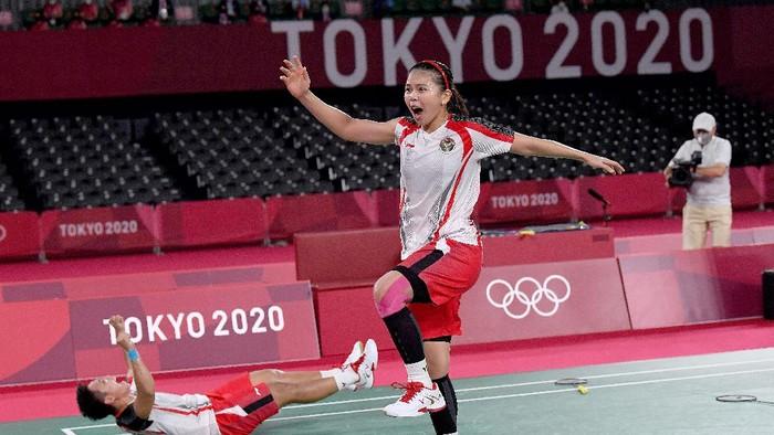 Pebulutangkis ganda Putri Indonesia Greysia Pollii/Apriyani Rahayu melakukan selebrasi setelah mengalahkan lawannya ganda putri China Chen Qing Chen/Jia Yi Fan dalam final Olimpiade Tokyo 2020 di Musashino Forest Sport Plaza, Tokyo, Jepang, Senin (2/8/2021). Greysia Pollii/Apriyani Rahayu berhasil meraih medal emasi setelah mengalahkan  Chen/Jia Yi Fan  dua set langsung. 21-19 dan 21-15. ANTARA FOTO/Sigid Kurniawan/hp.