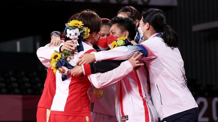 Greysia Polii/Apriyani Rahayu meraih emas cabor bulutangkis Olimpiade Tokyo 2020 nomor ganda putri. Mereka mengalahkan Chen Qing Chen/Jia Yi Fan dua gim langsung 21-19 dan 21-15.
