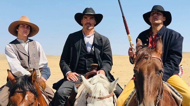 Jay Pickett (tengah) dalam film Catch the Bullet.