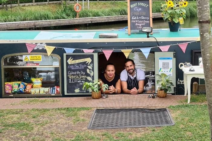 Batal Liburan, Pasangan Ini Sulap Perahu Pribadinya Jadi Kafe Terapung