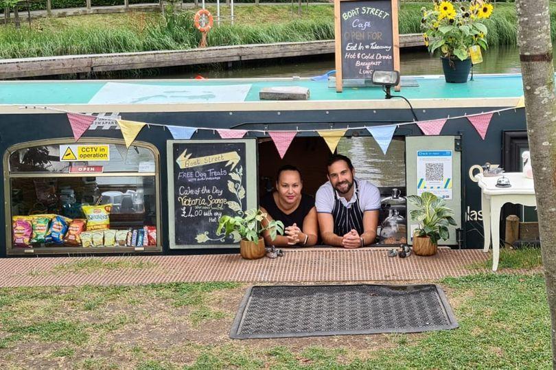 Batal Liburan, Pasangan Ini 'Sulap' Perahu Pribadinya Jadi Kafe Terapung