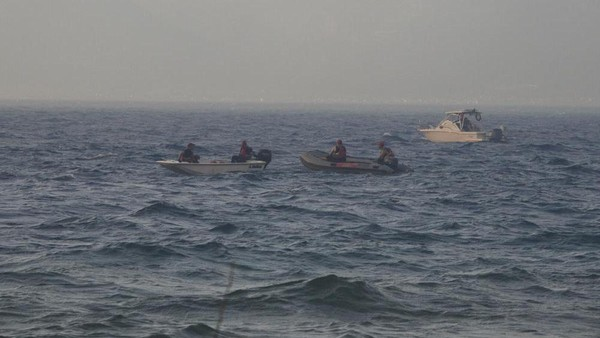 Kebakaran hutan berkobar di kota-kota Mediterania. Para turis resor bergegas ke pantai menunggu perahu penyelamat. (AP)