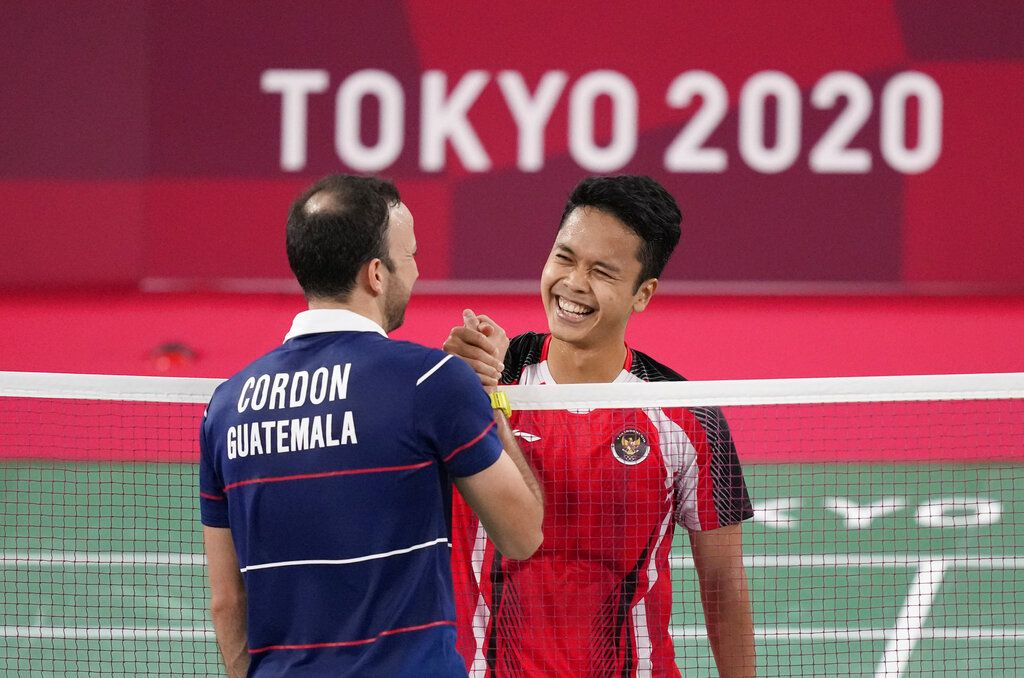 Guatemala's Kevin Cordon plays against Indonesia's Anthony Sinisuka Ginting during their men's singles bronze medal Badminton match at the 2020 Summer Olympics, Monday, Aug. 2, 2021, in Tokyo, Japan. (AP Photo/Dita Alangkara)