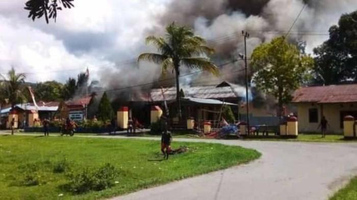 Mapolsek Nimboran di Jayapura, Papua dibakar Massa. (dok. Istimewa)
