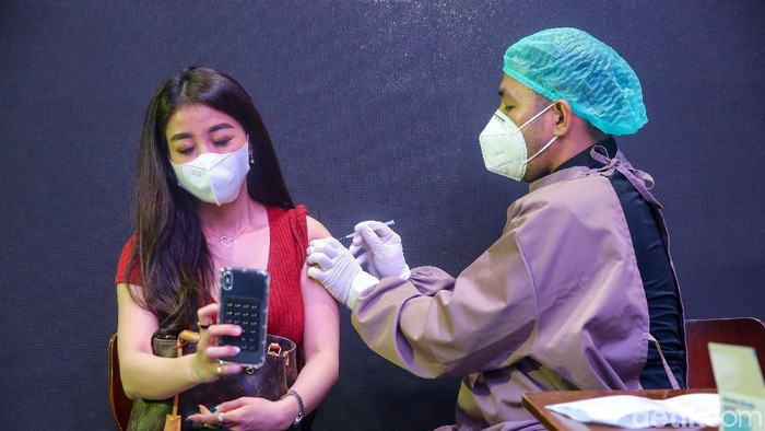 Menteri Pariwisata dan Ekonomi Kreatif Sandiaga Uno hari ini meninjau vaksinasi tahap 2 di bar Holywings, Jakarta.