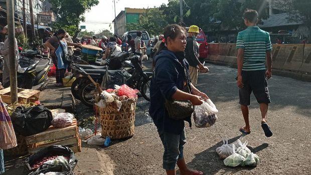 Pedagang Pasar Minggu Turun ke Jalan Tawarkan Dagangan