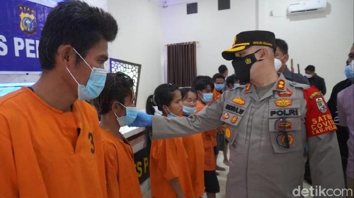 Pelaku penyiksa pasutri di Riau yang dituduh dukun (Raja Adil Siregar/detikcom)