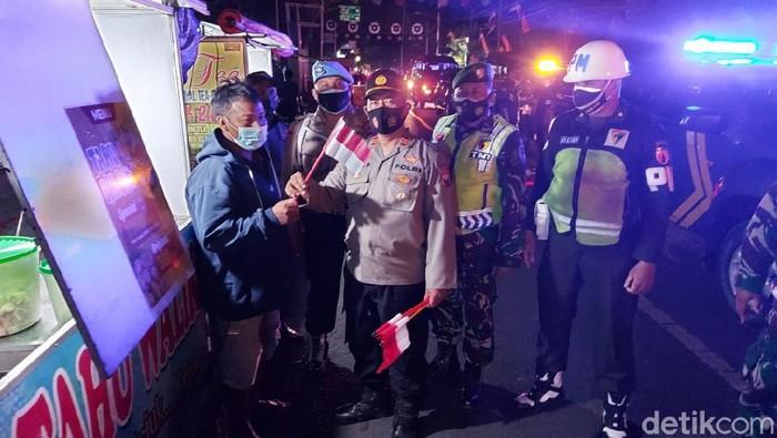 Para pedagang kaki lima (PKL) di Jombang kompak mengibarkan bendera merah putih. Aksi para pedagang ini sebagai simbol semangat mereka untuk melawan pandemi COVID-19.