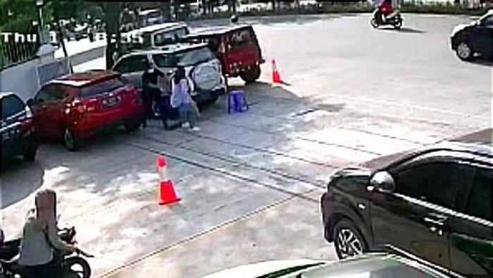 Rekaman CCTV istri di Makassar tikam selingkuhan suami. (dok. Istimewa)
