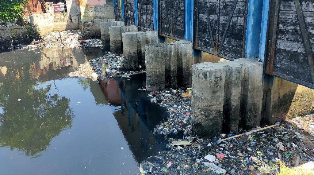 Jorok! Sampah Kiriman Pasar Pabaeng-baeng Makassar Menumpuk di Kanal
