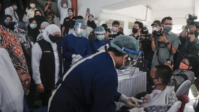 Tinjau Vaksinasi, Gubernur Jatim Sebut Malang Jadi Daerah Pertama Dosis Ketiga Nakes