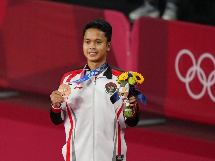 Bronze medalist Indonesias Anthony Sinisuka Ginting celebrate during the medal ceremony of mens singles Badminton at the 2020 Summer Olympics, Monday, Aug. 2, 2021, in Tokyo, Japan. (AP Photo/Dita Alangkara)