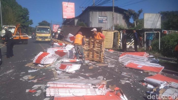 Truk bermuatan keramik terguling di jalur puncak Cianjur
