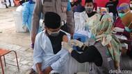 Pelajar dan Santri di Trenggalek Jalani Vaksinasi COVID-19
