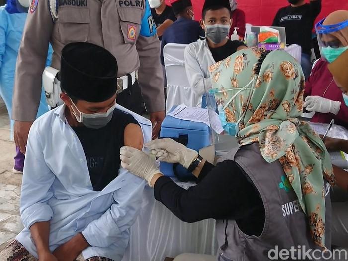 Pelajar Madrasah Tsanawiyah Negeri (MTsN) 1 dan santri Ponpes Qomarul Hidayah Trenggalek menjalani vaksinasi COVID-19. Vaksinasi digelar Badan Intelijen Negara (BIN).