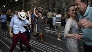 Wajib Bawa Kartu Sehat, Warga Prancis Bebas Berpesta di Jalanan