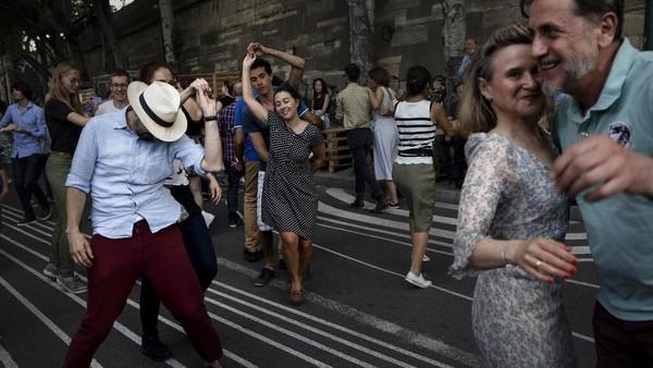 Orang-orang menari berayun mengikuti irama live band di restoran Le Marcounet, di Paris, Prancis, Minggu (1/8/2021) waktu setempat.