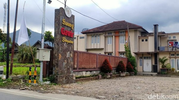 Akibat kebijakan PPKM, sejumlah objek wisata, penginapan, dan restoran di Ciwidey, Kabupaten Bandung mengibarkan bendera putih tanda menyerah. Bendera putih itu dikibarkan tepat di depan pintu masuk setiap lokasi tersebut.