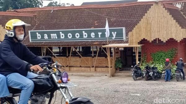 Dari pantauan detikcom, ada lima tempat yang mengibarkan bendera putih di Ciwidey. Di antaranya, Restoran Bebek Unti, Bambooberry, Saung Gawir, Pondok Gembyang, dan Ciwidey Valley. Semuanya tampak sepi dan lengang.