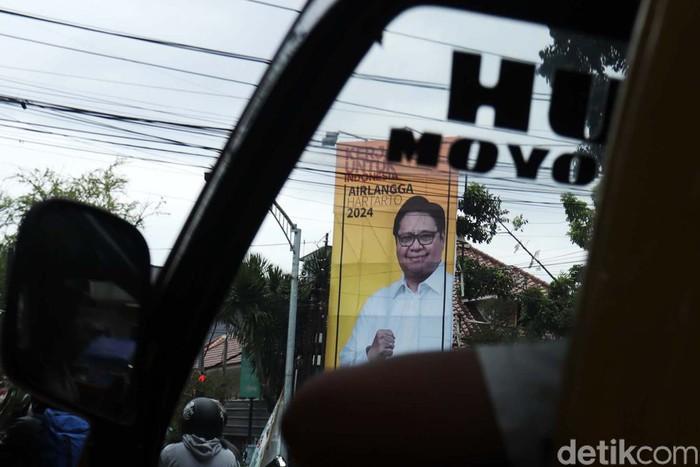 Ketum Partai Golkar Airlangga Hartarto memulai start untuk Pilpres 2024. Baliho besar bergambar dirinya tampak di perempatan jalan Kota Bandung.