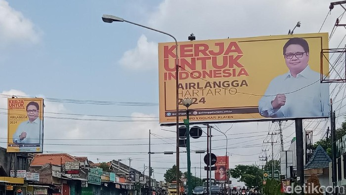 Baliho Ketum Golkra Airlangga Hartarto dan Ketum Demokrat Agus Harimurti Yudhoyono (AHY) mejeng di Klaten. Foto diambil Selasa (3/8/2021)