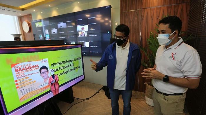 Menparekraf Sandiaga Uno menggandeng Kamhiprenur. Mereka memberikan beasiswa untuk 1.000 anak pedagang kecil yang terdampak pandemi.